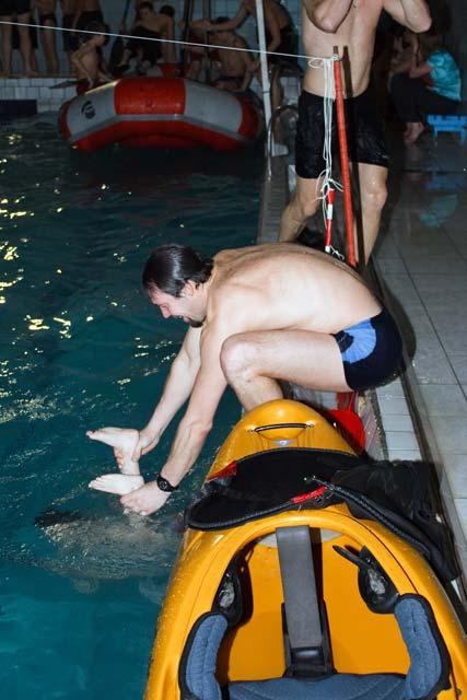 сын под водой