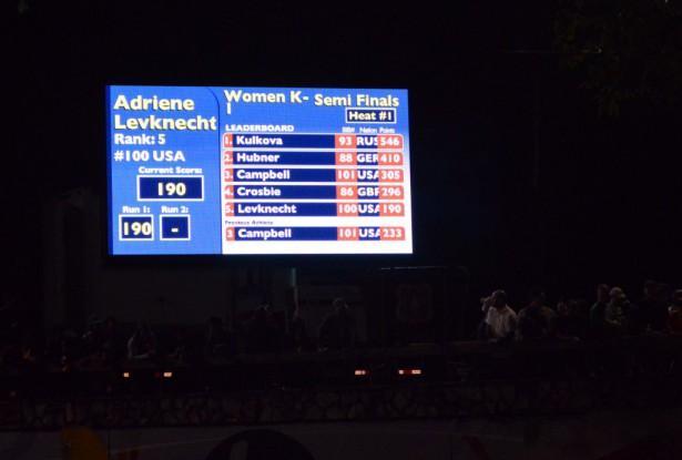 Экран ночью во время полуфиналов