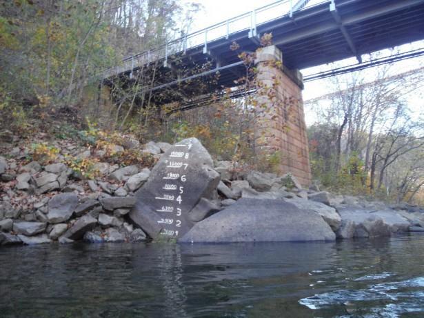 �?змерялка уровня воды. Продолжение до 20 футов на опоре моста.