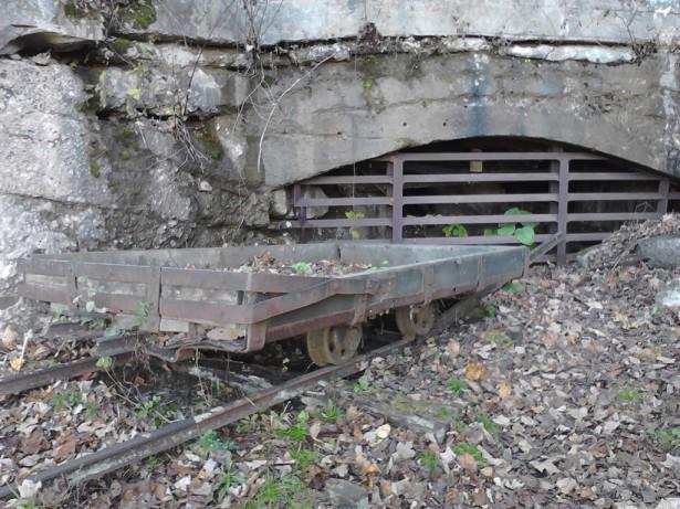 Вход в шахту и вагонетка для угля