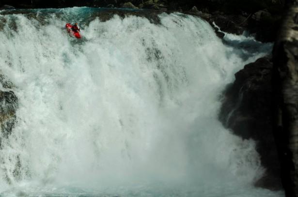 Крис Корбулик на водопадном притоке Раундасельвы, Норвегия