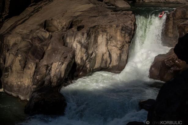 Водопад на средней секции реки Кинши, �?ндия. Крис Корбулик
