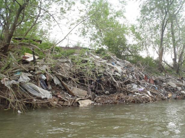 Здесь свалка мусора непосредственно контактирует с рекой